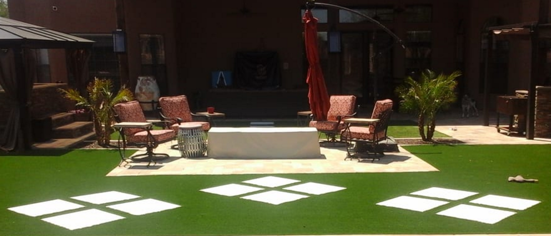 Artificial_Turf_with_large_travertine_stones